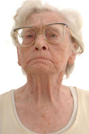 Portret van een hardnekkige rijpe vrouw in haar jaren tachtig. Gefotografeerd op wit.