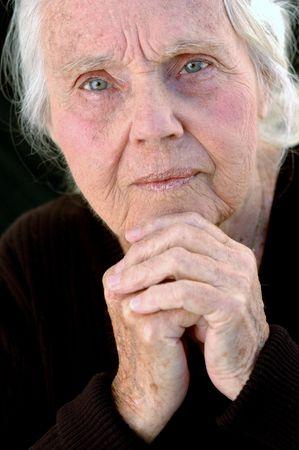 great grandmother: Graves bisabuela. Cerrar sobre fondo negro. Mujer de los ochenta.