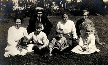 Vintage Generaciones. Familia con los abuelos, los padres y los niños. Circa 1910 ha imprimir arañazos, desvanecimiento, artefactos, y la solarización cualidades.