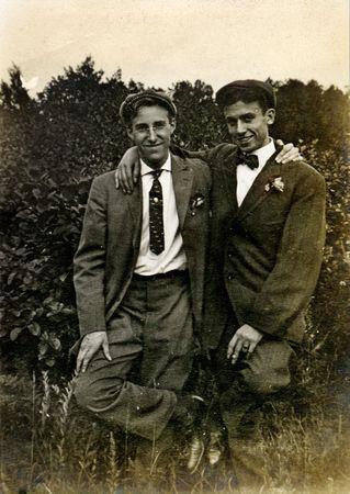 Vintage vrienden in een charmant portret. Circa 1910 print heeft krassen, artefacten, fading en solarization kwaliteiten.