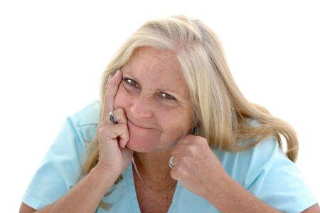 Vrouw in haar late jaren vijftig met haar vuist clenched en een grappige gevechten kijken op haar gezicht.