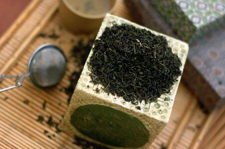 Groene thee. Aziatisch geïnspireerd stilleven blad met thee, thee bal, en thee.