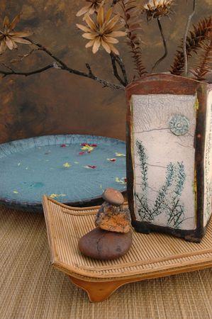 flores secas: Vida inm�vil del balneario de Zen con el florero de Raku, las flores secadas naturales, y las piedras. Foto de archivo