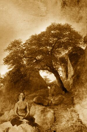Hedendaagse Boeddha verstandige vrouw in haar fifities mediteren de buurt van een boom leunend in de natuur. Foto gebaseerd op middellange gemengd beeld. Extreme textuur en korrel.