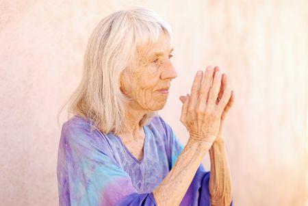 new age: New Age altos mujer con sus manos en oraci�n.