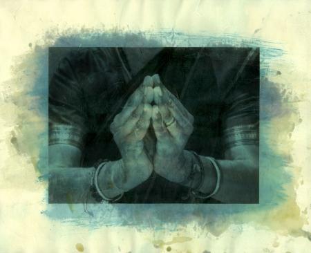 namaste: Mezcla de Medio foto escaneada de impresi�n de un indio bailar�n mudra de las manos en la versi�n de Namaste. Foto de archivo