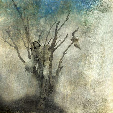 Vrouw in dode boom. Foto gebaseerd gemengd medium kunst. Stockfoto
