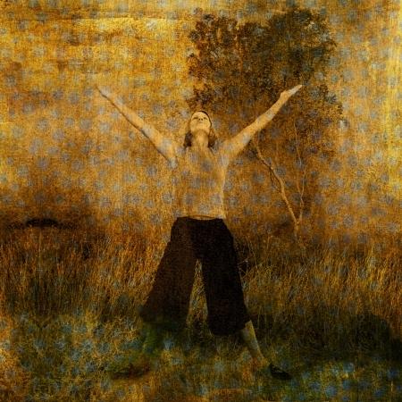 Vrouw in de natuur met opgeheven armen en het hart naar de hemel. Foto gebaseerd illustratie. Stockfoto