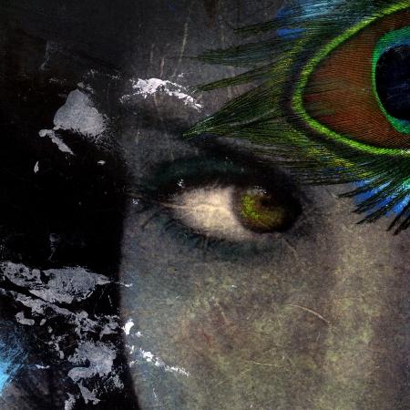 先見の明の目女性孔雀の羽で