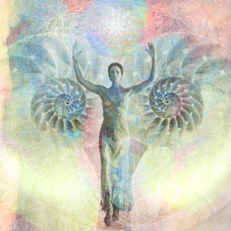 evoluer: Femme avec ses bras lev�s de marche de l'ouverture nautilus shell. Photo bas�e illustration. Banque d'images