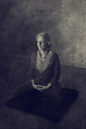 Woman in meditation pose indoors.  Banque d'images