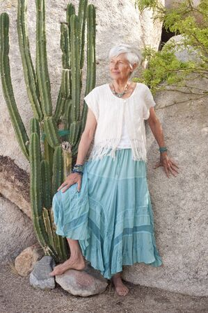 mujer hippie: Retrato de una mujer encantadora y gr�cil de senior en el jard�n de desierto vistiendo joyas  Foto de archivo