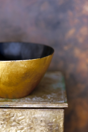 Gold and black laquer bowl on an old gold box  Banque d'images