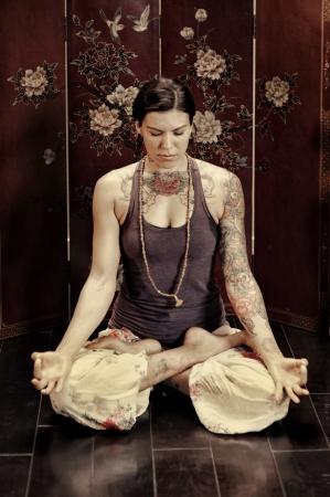 mujer meditando: Mujer joven meditando en silencio