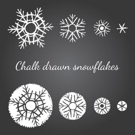 copo de nieve: Tiza dibujado en los copos de nieve de mesa negras de diferente tamaño y nivel de detalle. Año nuevo, elementos gráficos de Navidad, las plantillas para el diseño. Cepillo dibujado cristales de nieve de varios tipos con los bordes ásperos.