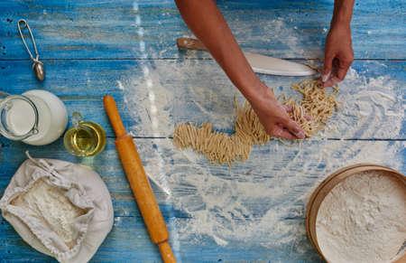 restaurante italiano: Cocine en un restaurante italiano de moda prepar� pasta, picarlas y va a cocinar