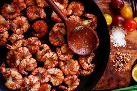 camaron: Fotografías en primer plano de colorido y apetitoso, la composición de los camarones en una sartén grande negro, solo se fríen a fuego alto en una salsa de salsa de soja, ajo y aceite de oliva, sal gruesa del mar, especias