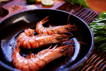 cocinero: Restaurante Chef frito de camarón en el shell en un fuego rápido que servirles caliente con una ensalada como aperitivo Foto de archivo