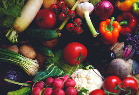 legumes: belle lumineux et l�gumes frais pour l'alimentation et la perte de poids, la s�lection de l�gumes � chaque repas � votre table, les l�gumes non-OGM Banque d'images