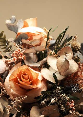 rosas naranjas: Secar ramo de flores con rosas de color naranja y hojas verdes  Foto de archivo