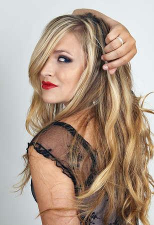 bionda occhi azzurri: Ritratto di una bella donna bionda con occhi azzurri e la sera il make-up su sfondo grigio
