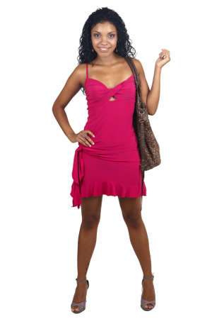 cocktaildress: Mooie brunette vrouw dragen van roze cocktail jurk en accessoires glimlachen op witte achtergrond. Niet geïsoleerd