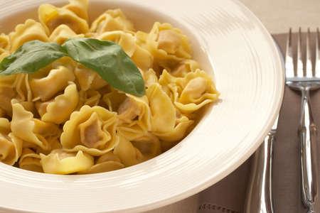 durum: Plaque de bolognese italien ravioli, ?uf frais p�tes avec le bl� dur, avec des feuilles de basilic frais