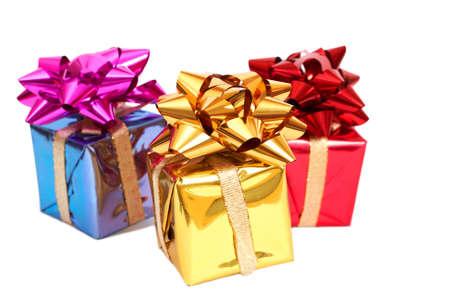 three gift boxes: Tres cajas de regalo con arcos para Navidad o el d�a de San Valent�n aislados en fondo blanco con espacio de copia Foto de archivo