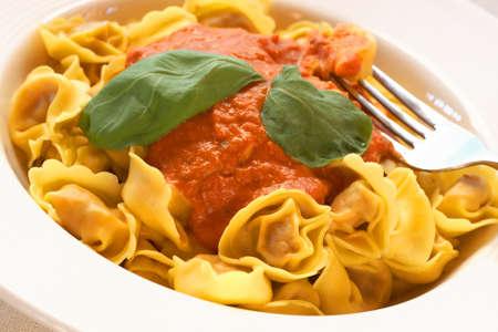 durum: Plaque de bolognese italien ravioli, ?uf frais p�tes faite avec le bl� dur, avec la sauce tomate onctueuse et les feuilles de basilic frais