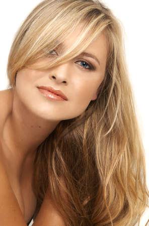blue eyes blonde: Retrato de una hermosa mujer rubia con ojos azules claros y maquillaje natural sobre fondo gris