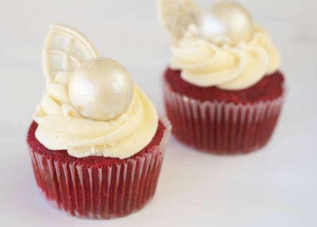 terciopelo rojo: De terciopelo rojo pastelitos con glaseado y la decoraci�n