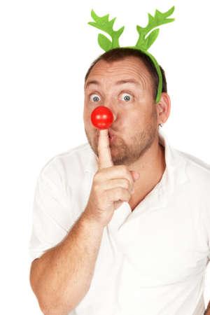 nariz roja: Apuesto hombre adultos de raza cauc�sica con cuernos de reno verde y nariz roja Foto de archivo