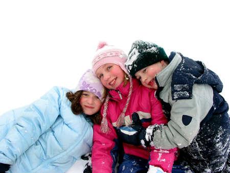 trois enfants: Trois enfants s'amuser dans la neige fra�che blanc