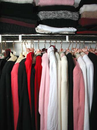 """옷이 가득한 옷장 : """"아무것도 입지 마라."""""""