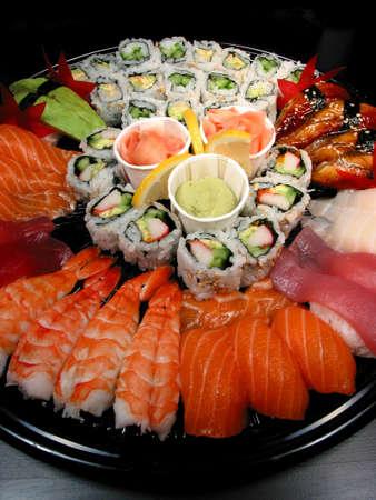 comida japonesa: Parte de la bandeja de sushi y rollos  Foto de archivo