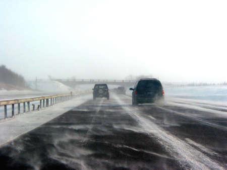 zichtbaarheid: Winter snelweg tijdens sneeuw storm, slecht zicht Stockfoto