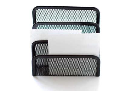 Un par de notas de papel en blanco en una malla de metal titular  Foto de archivo - 360584