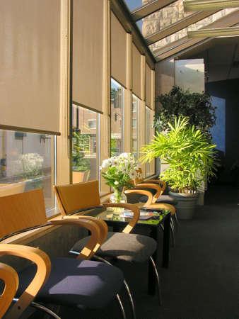 stores: Ligne de couleurs vives des chaises dans le bureau du m�decin sur matin�e ensoleill�e