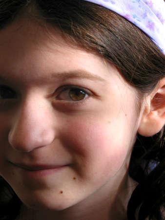 Portret van een jong meisje met paarse hairband