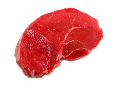 steak cru: Raw steak isol� sur fond blanc  Banque d'images