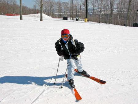 skipiste: Junges M�dchen auf der Steigung eines absch�ssigen Skidurchlaufes
