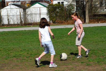 ni�as jugando: Las ni�as de jugar al f�tbol  Foto de archivo