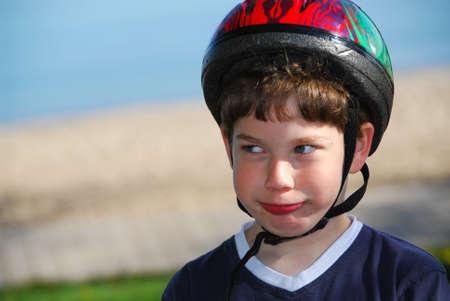 自転車のヘルメットで若い男の子の肖像画
