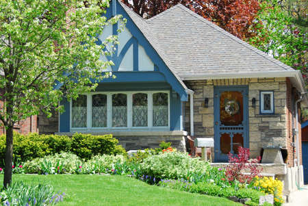 architecture bungalow: Charming house with nice landscaping