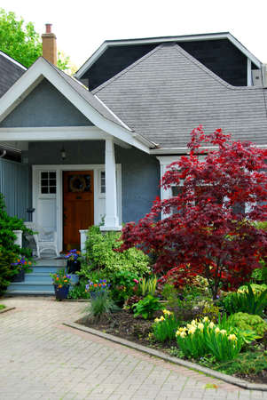 architecture bungalow: Cozy home with beautuful landscaping