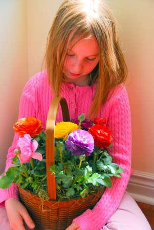花のバスケットを持つ少女の肖像画