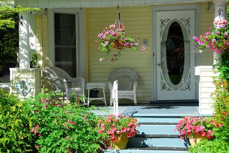 mimbre: Porche de la casa con muebles de mimbre y flores