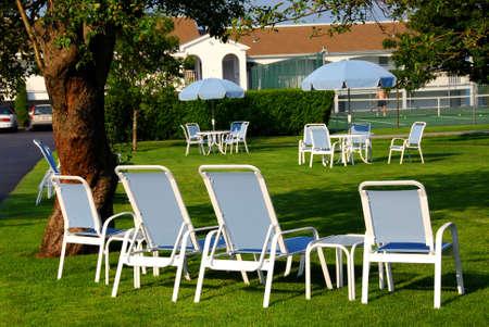 patio furniture: Patio mobili sul prato di fronte a hotel di lusso Archivio Fotografico