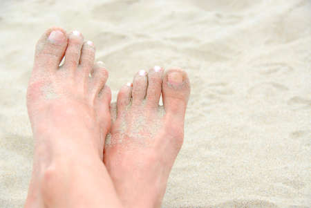 u�as pintadas: Cruz� los pies de arena en una playa