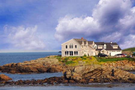 メイン州、米国での海海岸の家